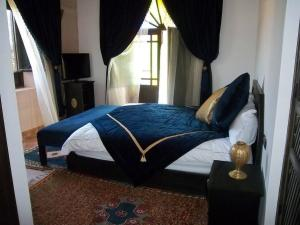A bed or beds in a room at Suite Junior - Saphir
