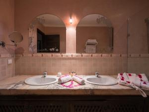 A bathroom at Suite Royale - Emeraude