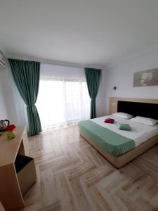 Un pat sau paturi într-o cameră la Vila Ryanna Beach