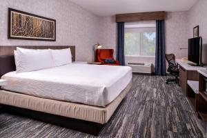 A bed or beds in a room at Hilton Garden Inn Bend