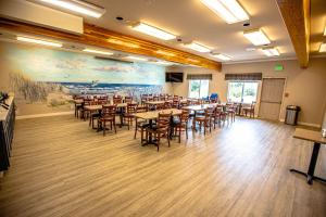 A restaurant or other place to eat at Ocean Paradise Hotel & Resort