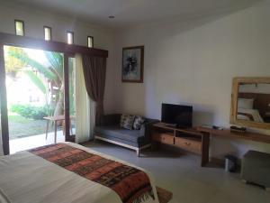 A television and/or entertainment centre at Mina Pelasa Hotel
