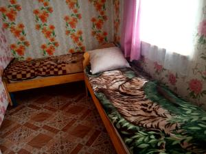 A bed or beds in a room at Гостевой дом Сабро