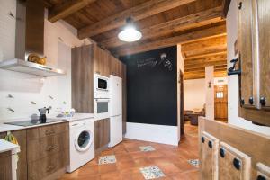 Una cocina o kitchenette en Casa Rural LAS ABUBILLAS