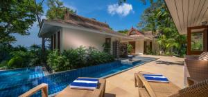 Der Swimmingpool an oder in der Nähe von Villa Macaque and Villa Languor