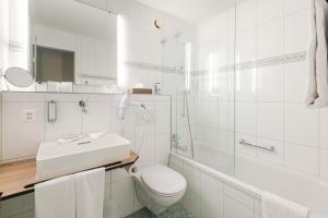 A bathroom at Metropole Swiss Quality Hotel
