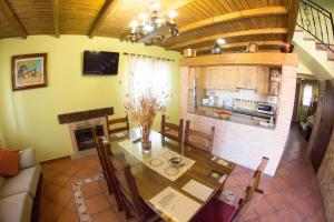 A restaurant or other place to eat at Casas Rurales El Caminante