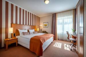 A bed or beds in a room at Insel Hotel Bonn - Superior