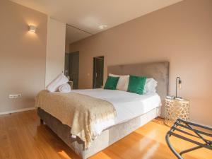 A bed or beds in a room at ALIBI by YoursPorto