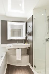 A bathroom at Novotel Suites Paris Roissy CDG
