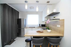 A kitchen or kitchenette at SeNs Apartments