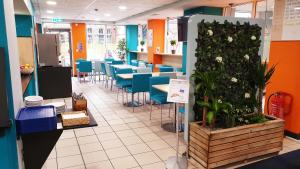 A restaurant or other place to eat at ibis budget Sheffield Arena