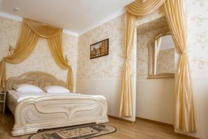 A bed or beds in a room at Postoyaliy Dvor Hotel