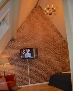 A television and/or entertainment center at Hotel de Tabaksplant