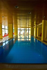 Der Swimmingpool an oder in der Nähe von Hotel Elisabethpark