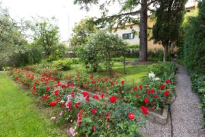 A garden outside B&B Corte delle Muse
