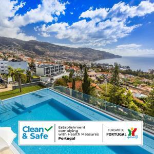 Ein Blick auf den Pool von der Unterkunft Madeira Panorâmico Hotel oder aus der Nähe