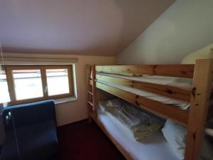Ein Etagenbett oder Etagenbetten in einem Zimmer der Unterkunft Hotel Kärntnerhof & SeeBlick Suiten
