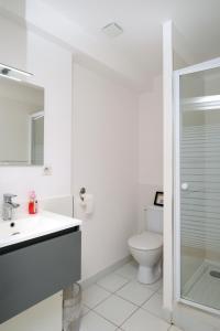 A bathroom at Le 3 Rue Grande