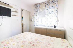 A bed or beds in a room at Apartamento da Hilda