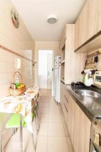 A kitchen or kitchenette at Apartamento da Hilda