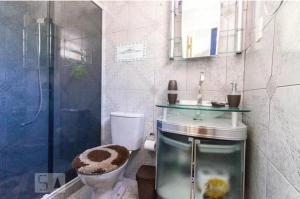 A bathroom at Apartamento da Hilda