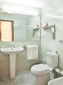 A bathroom at Hotel do Mar