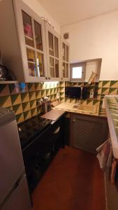 A kitchen or kitchenette at Au coeur de Collioure