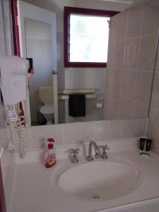 A bathroom at Blue Waters Holiday Cottages