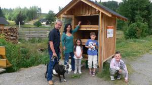 Eine Familie, die in der Unterkunft Alte Schleiferei übernachtet