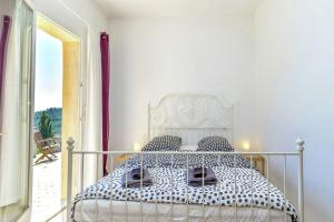 A bed or beds in a room at Cotignac-Bellevue