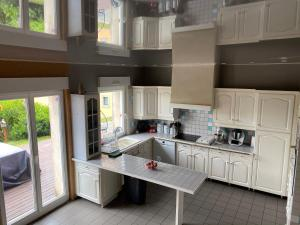 A kitchen or kitchenette at Maison familiale 10 Pers
