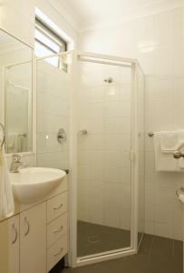 A bathroom at Maclin Lodge Motel