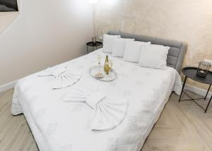 A bed or beds in a room at BIANCO APARTMENTS