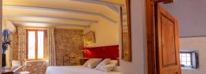 Cama o camas de una habitación en Hotel Rural Mas Fontanelles