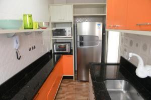 A kitchen or kitchenette at Apartamento aconchegante e confortável