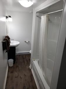 A bathroom at Homeward Inns of Canada