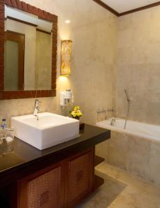 Een badkamer bij Grand Balisani Suites