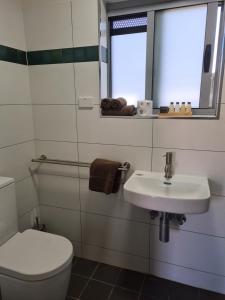 A bathroom at Safari Lodge Motel