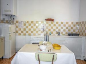 A kitchen or kitchenette at Villa Les Dahlias