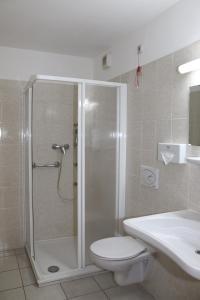 A bathroom at Lenas Donau Hotel