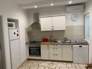 Kuchyň nebo kuchyňský kout v ubytování Villa Mediterra Garden & Pool