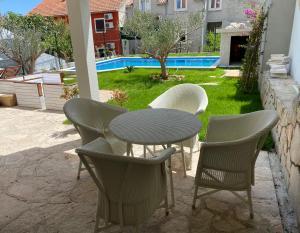 Bazén v ubytování Villa Mediterra Garden & Pool nebo v jeho okolí