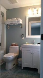 A bathroom at Dove House Bed & Breakfast Harbourside