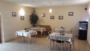 Restauracja lub miejsce do jedzenia w obiekcie Hotel-Restauracja-Bar Rudka