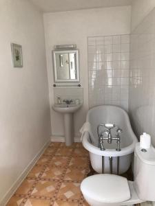 A bathroom at Chambres d'Hôtes Belle Vallee