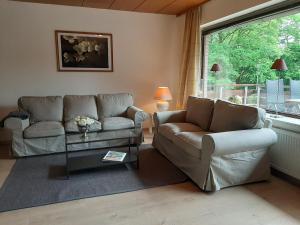 Ein Sitzbereich in der Unterkunft Ferienwohnungen Haus am Karpfenteich
