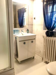 A bathroom at Le Figuier