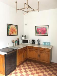 A kitchen or kitchenette at Le Figuier
