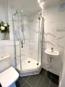A bathroom at High Street Luxury City Centre Apartment, 2 Bed